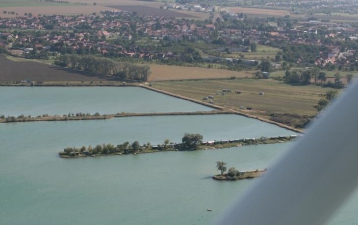 Těžební jezero zůstalo rybářům