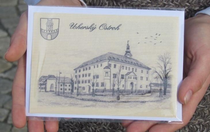 V Ostrohu nabízí dřevěné pohlednice, pošta je posílá i za oceán