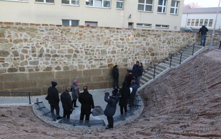 Radnice odkryla barokní hradby, včetně vodního příkopu
