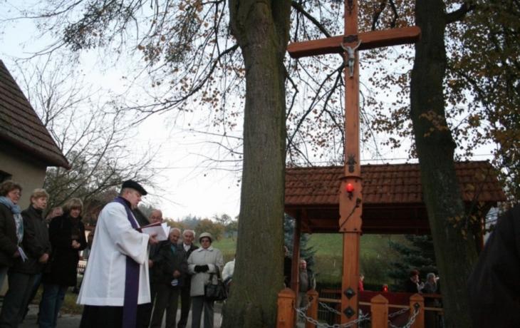Posvětili pětimetrový kříž