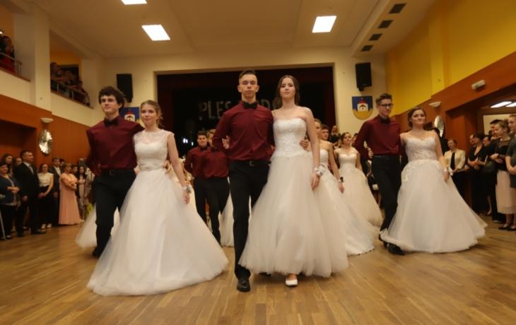 Tři třídy deváťáků vstoupily do tanečního světa