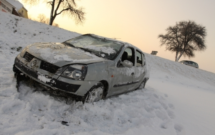 Sníh a teploty pod nulou komplikují dopravu. Už dva lidé umrzli