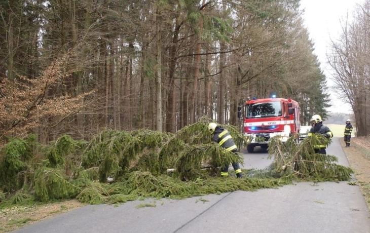 Svátky naruby. Místo vloček padaly stromy a střechy