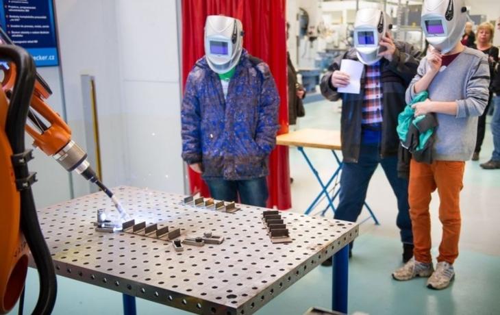 Studenti se učí ovládat i roboty