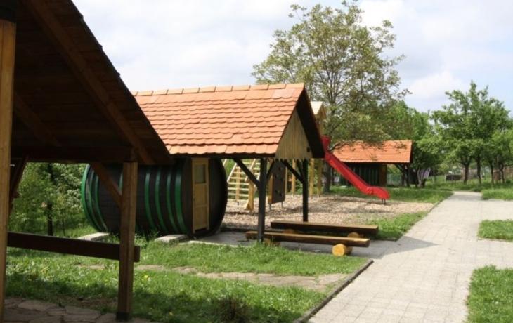 Děti si hrají v ekologické zahradě