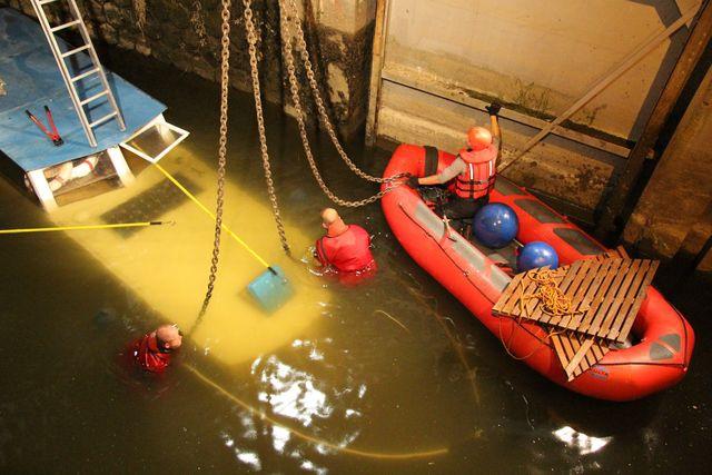 Loď si škrtla o dno koryta Moravy a ztroskotala