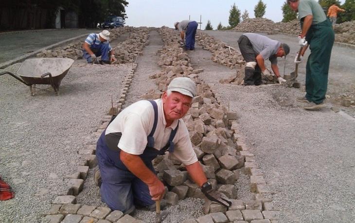 Farníci staví na kopci sv. Antonína parkoviště