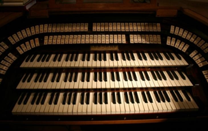 Varhany nahradily elektrické klávesy