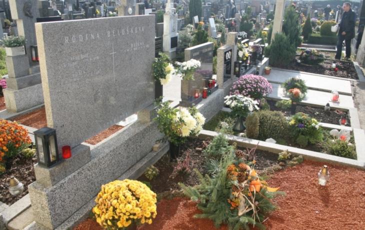 Policisté hlídají u většiny hřbitovů