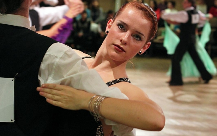Extravagance tanců, šatů, účesů i líčení...