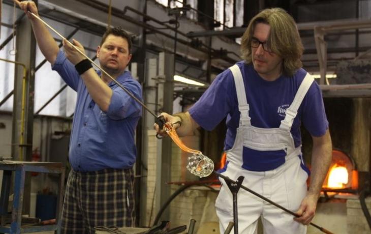 Sklárny v Květné, bašta ruční výroby, zavedou automatickou linku!
