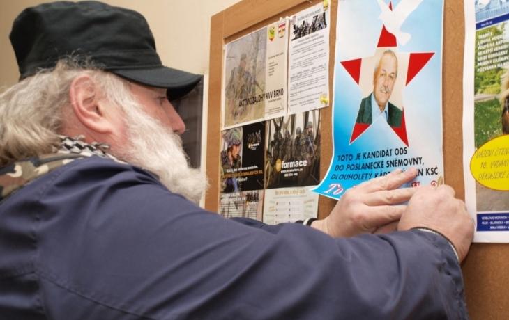 Výročí připomněl protestním plakátem