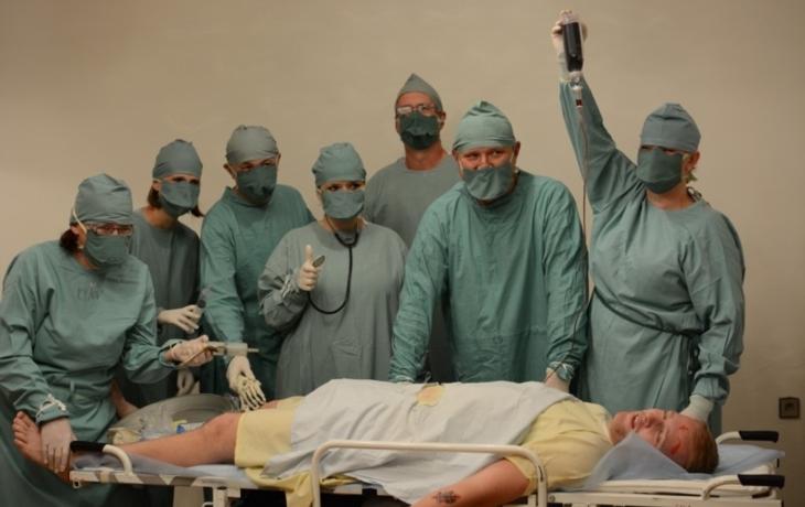 Operovali přímo na parketu