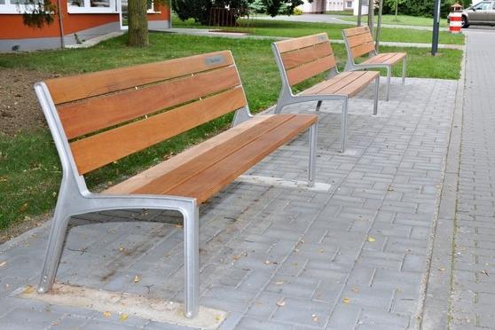 Špitál už zdobí 24 darovaných laviček