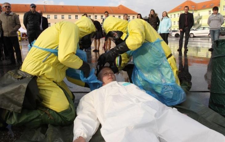 Muže zachraňovali zdravotníci ve skafandrech
