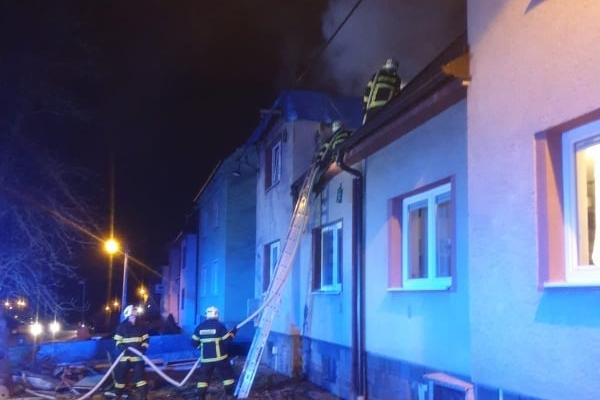 Poplach v Šumicích. Oheň sežehl střechu domu, který je v rekonstrukci