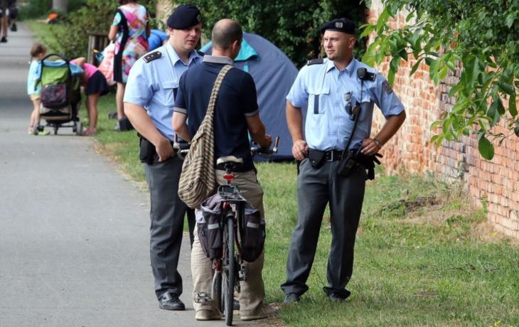 Velehrad obklíčí policie
