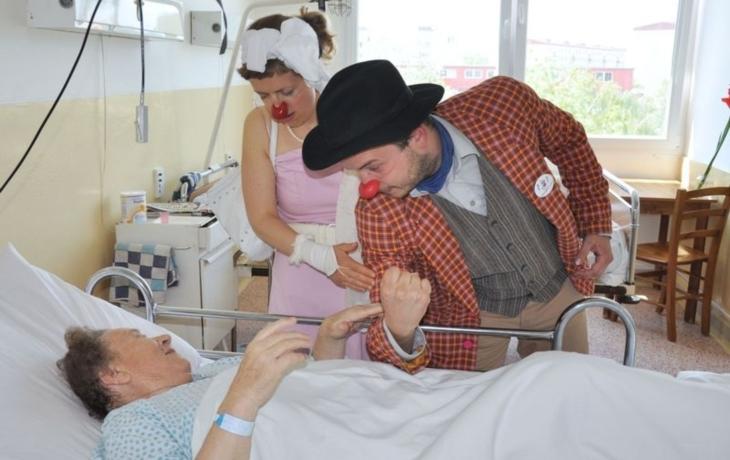 Klauni Eduard a Olinka poprvé potěšili seniory
