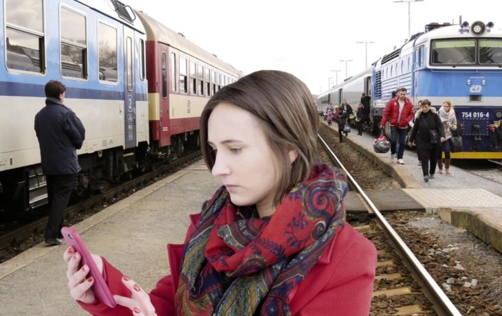 Revoluce na železnici? Méně pokladen, lidé na dešti a mrazu, konec nákupu jízdenek na místní tratě přes internet