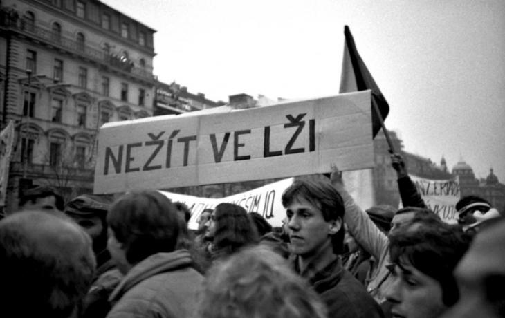 Fotili jste sametovou revoluci? Radnice si je ráda půjčí