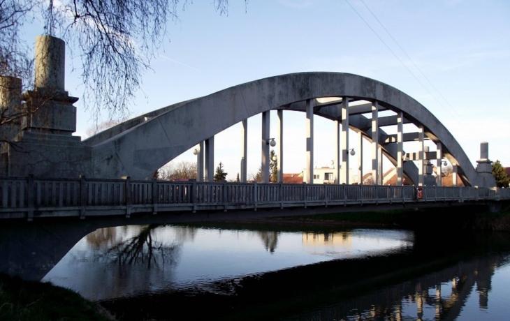 Most přes Moravu čeká oprava. Pěší projdou