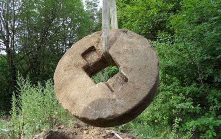 Šmolcův kříž ukrýval mlýnské kameny