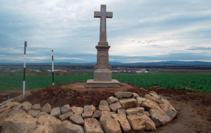 212 let starý kříž chrání po rekonstrukci kamení