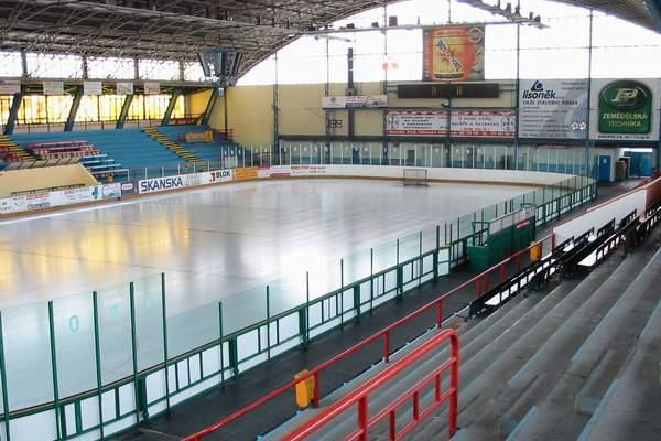 Chladicí systém stadionu přesluhuje. Uvnitř hrozí 6 tun čpavku!