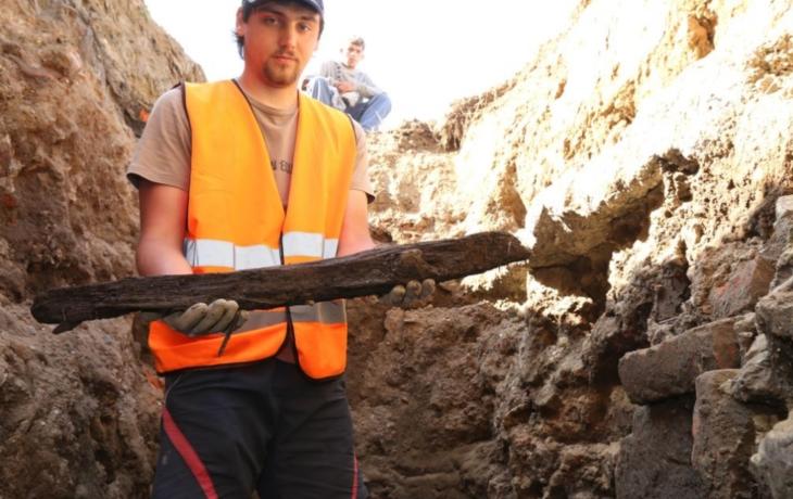 Archeologové objevili středověké hradby i výpusť