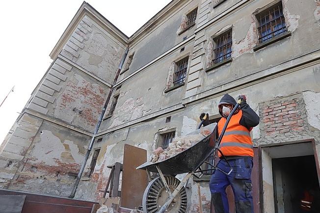 Věznici obsadila speciální četa. Vyklízí cely, kapli, chodby, sklepy i dvůr