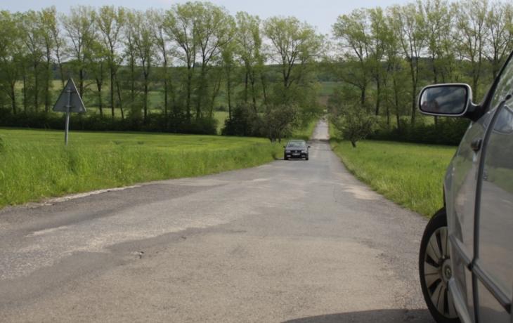 Silnice je na odpis. Ničí auta, ale oprava je v nedohlednu