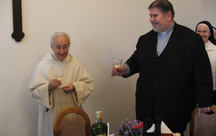 Bratr Bartoloměj slavil devadesátiny, dort měl tvar zpovědnice