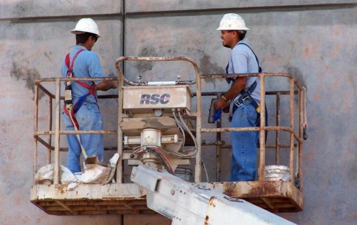 Hledá se bič na nelegální dělníky