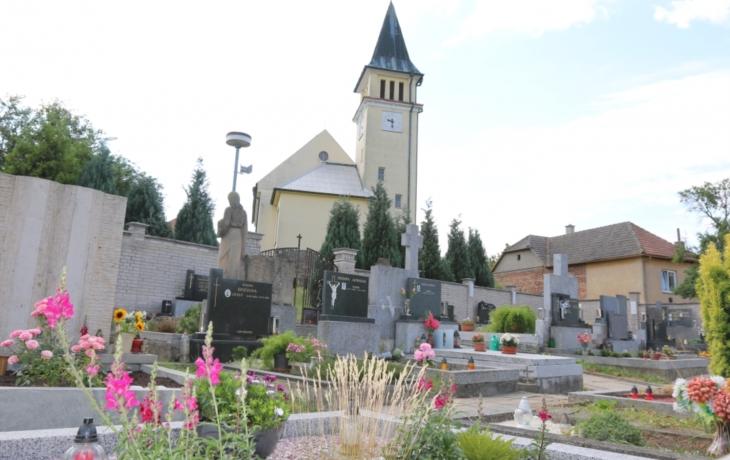 Obec se dělí o hřbitov s jedenácti soukromníky
