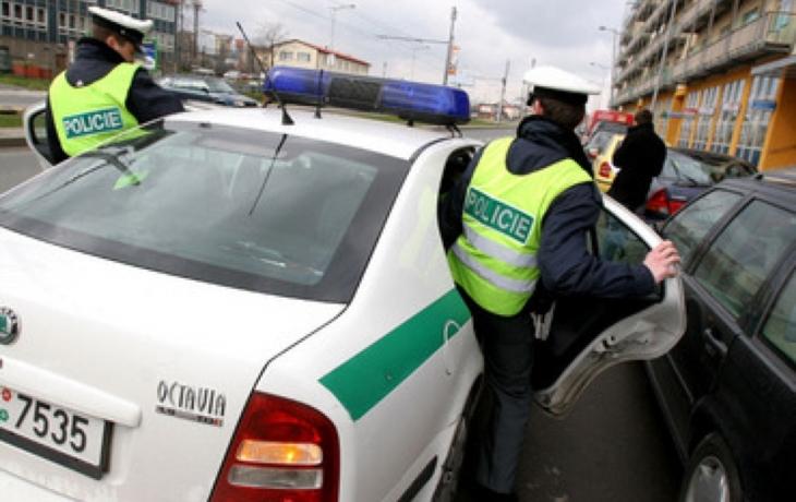Muž s náplastí, který přepadl banku, je na útěku