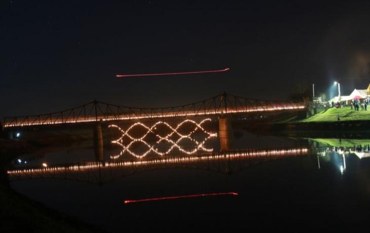 Na mostě svítila DNA
