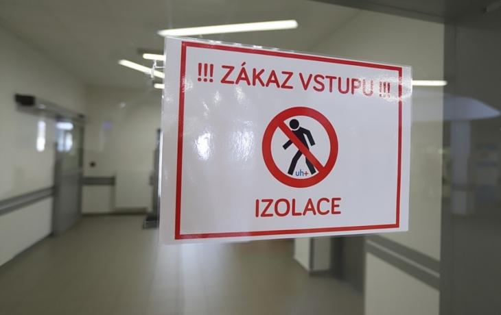 Nemocnice v Uherském Hradišti upravuje režim i vstup, všem příchozím se od pondělí měří teplota