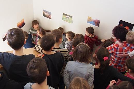 Škola povýšila schodiště na galerii, snímky draží na sociální síti
