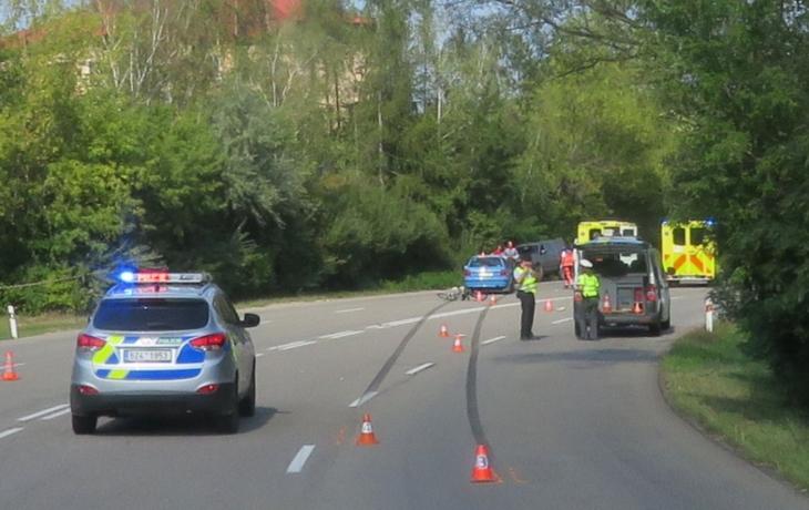 Spěchající řidička si nevšimla muže s kolem. Zemřel na místě