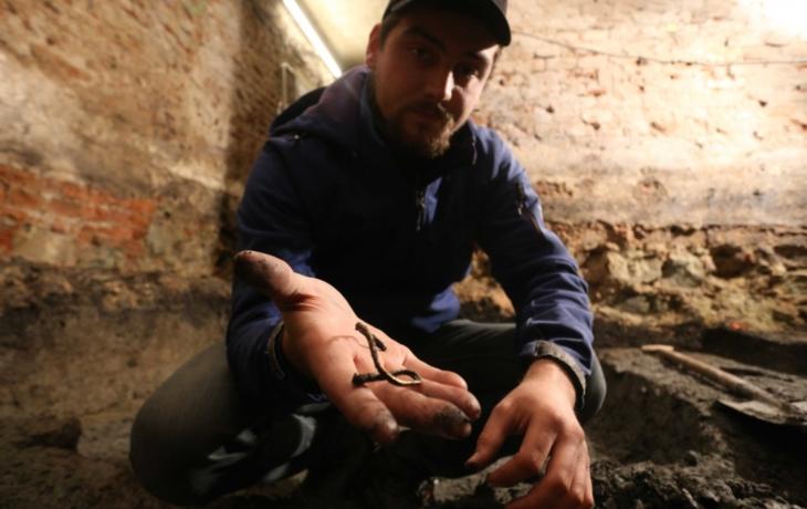 VÍME PRVNÍ: Archeologové objevili ve sklepení školy zlato i nůž z 9. století!