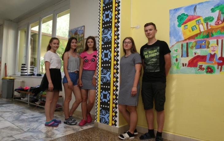 Deváťáci v Dolněmčí zdobili školu