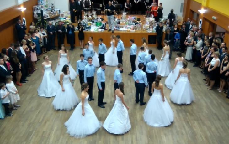 Přinese devadesát tanečníků polonézy rekord?
