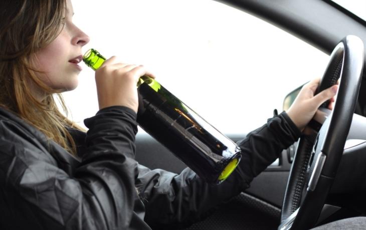 Řidička přišla o auto. Jezdila bez papírů, opilá, závodila s policií...