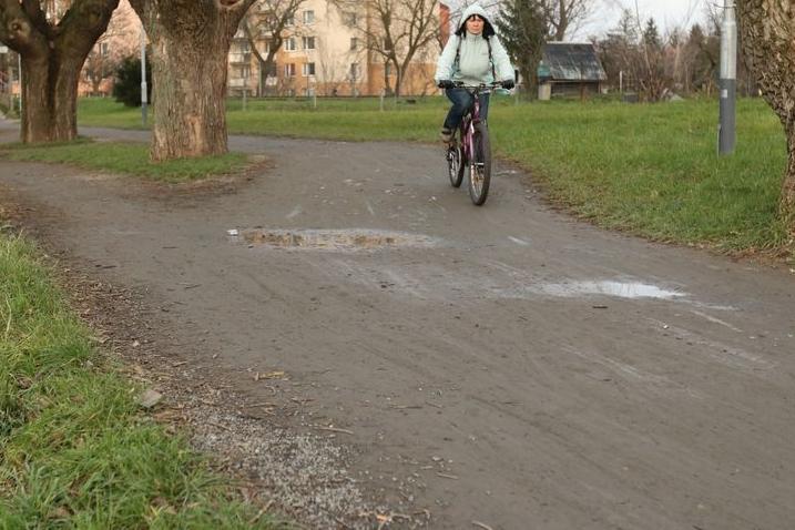 Hráz pro chodce i cyklisty je plná bláta. Kdo ji zpevní?