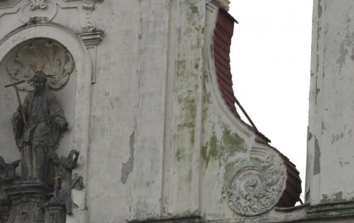 Na chrámu se usadily řasy, fasáda trpí