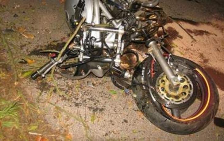 Motorkář narazil do nájezdu na pole. Zemřel