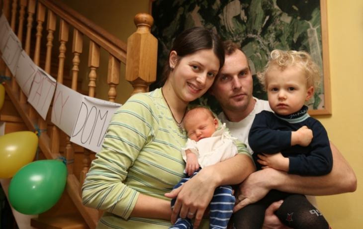 Dítě porodila na schodech, pomáhal jí celý dům!