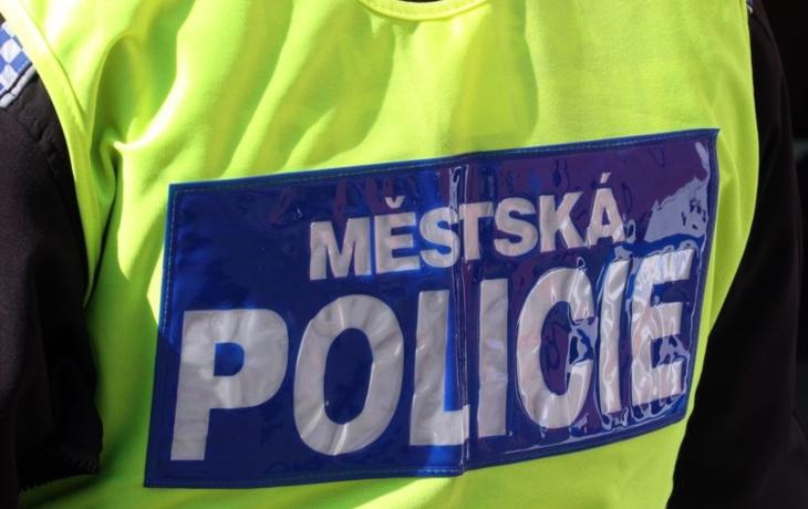 Město stále marně hledá strážníky. Zájemce zradí fyzička