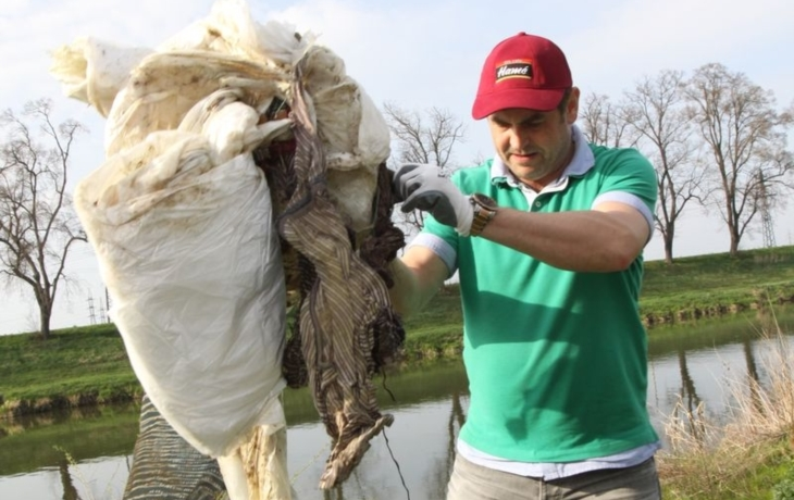 Dobrovolníci čistili břehy Moravy, naplnili deset pytlů