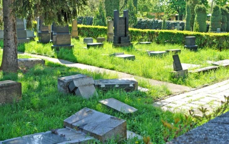 Policie podezřívá z loňského ničení náhrobků skiny